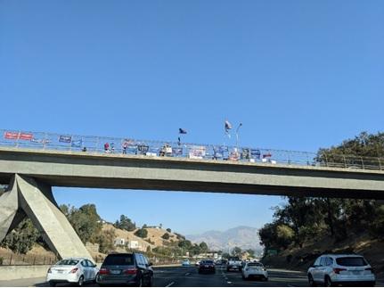 写真 ベイエリアの高速24号線上の陸橋で旗や横断幕を出すトランプ氏の支持者(ジェトロ撮影)